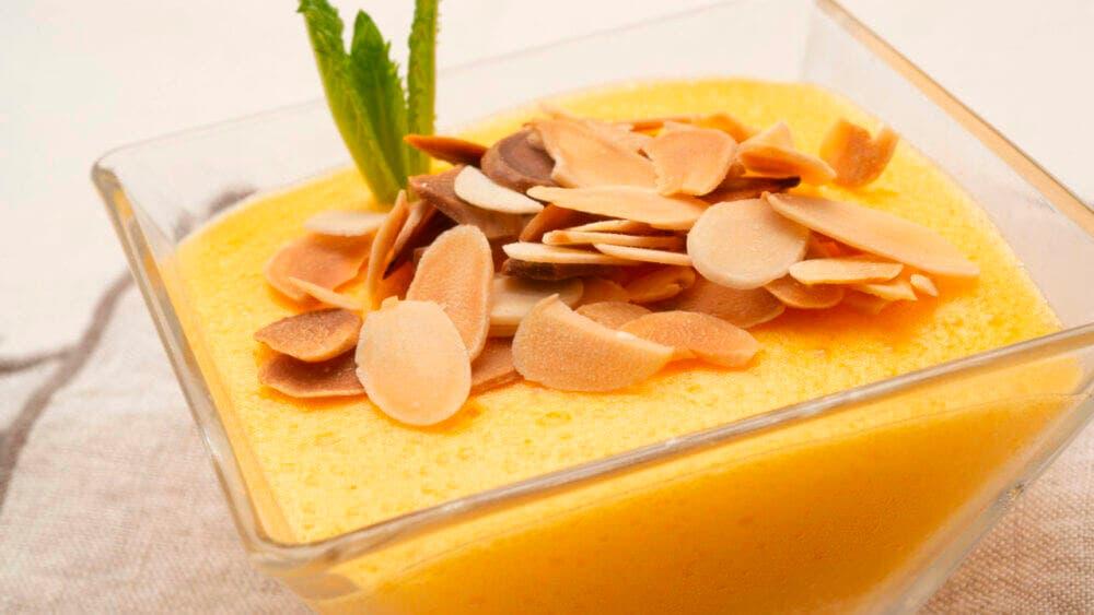 ¿Cómo hacer postre saludable de crema con mango y almendras?