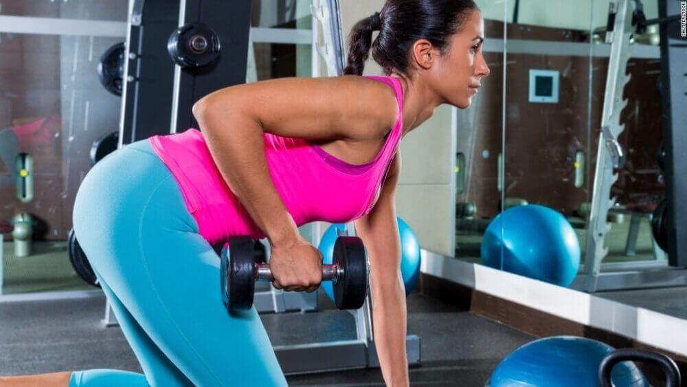 Los músculos dorsales ayudan al movimiento de los omóplatos