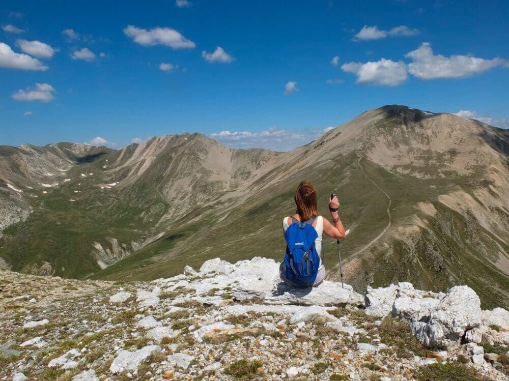 Prepara un botiquín de primeros auxilios al hacer montañismo