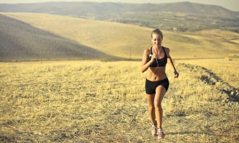 Sigue esta sencilla rutina HIIT para entrenar en cuestas