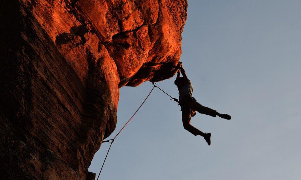 Consejos prácticos para mejorar el agarre en escalada