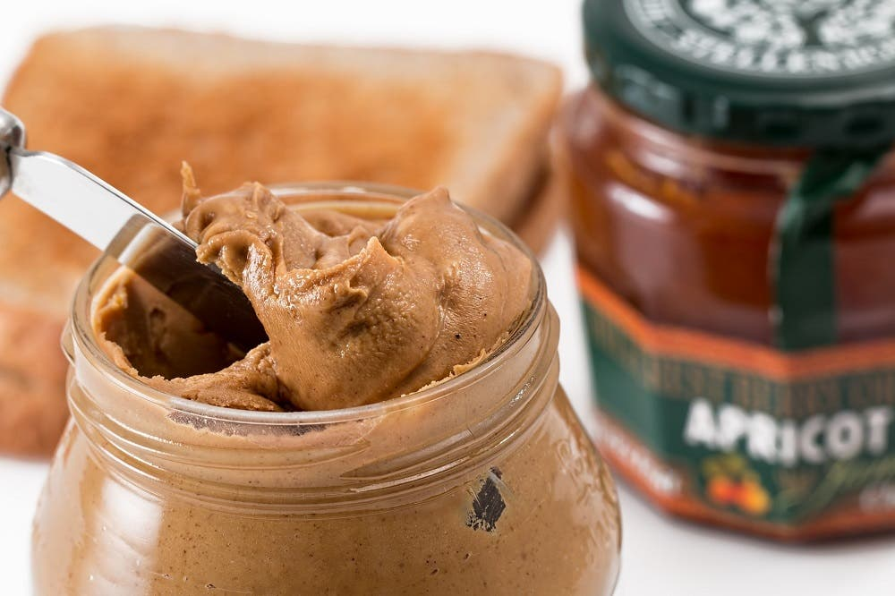 La crema de cacahuete natural puede aportar los mismos beneficios que el cacahuete sin procesar