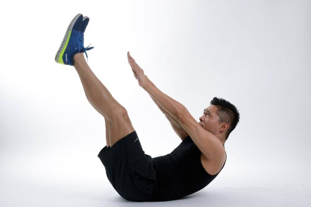 Abdominales en V para fortalecer los músculos oblicuos
