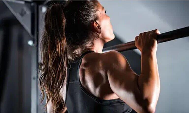 Dominadas lastradas para fortalecer músculos de espalda y brazos