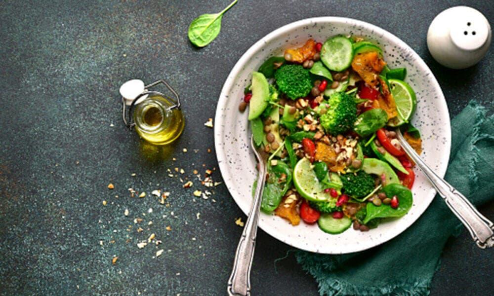 Ensalada de lentejas con soja, brócoli y guisantes. para aumentar el consumo de hierro