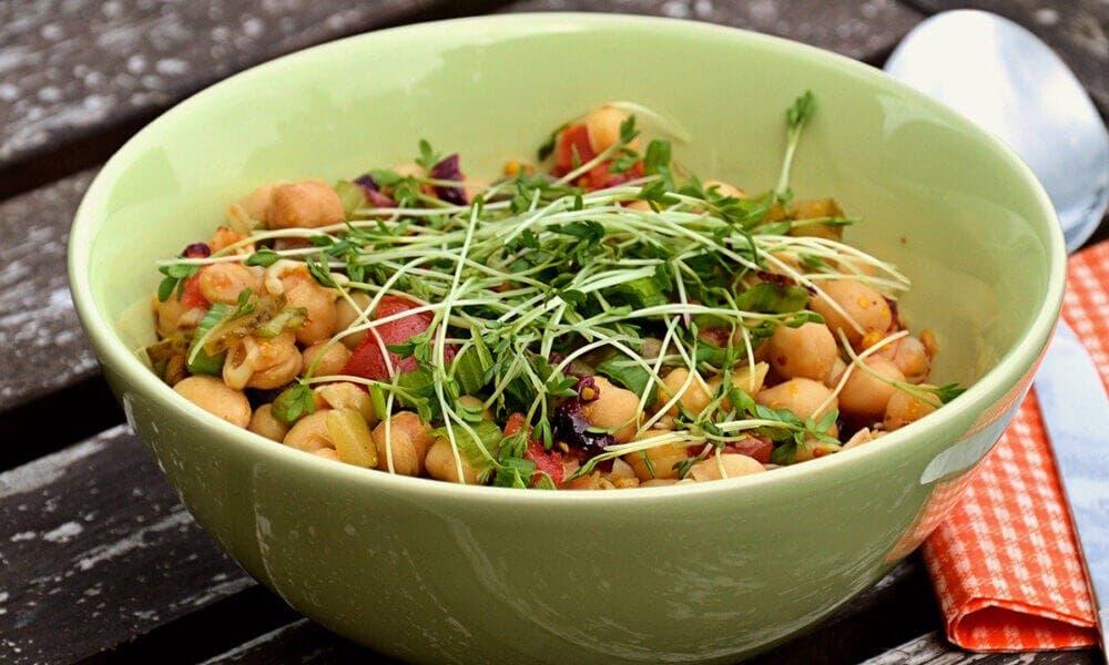 Espinacas, garbanzos, brócoli, lentejas y tomate al curry: una alternativa para veganos para aumentar la cantidad de hierro en la dieta.