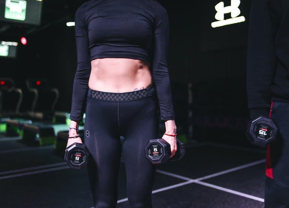 Flexión lateral con mancuerna para abdominales oblicuos