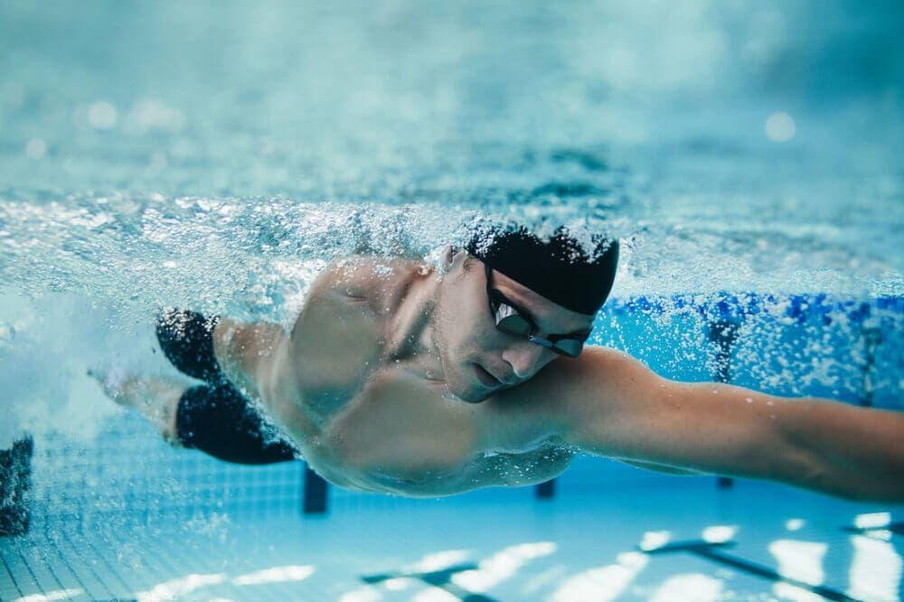 reducir la resistencia al agua en natación