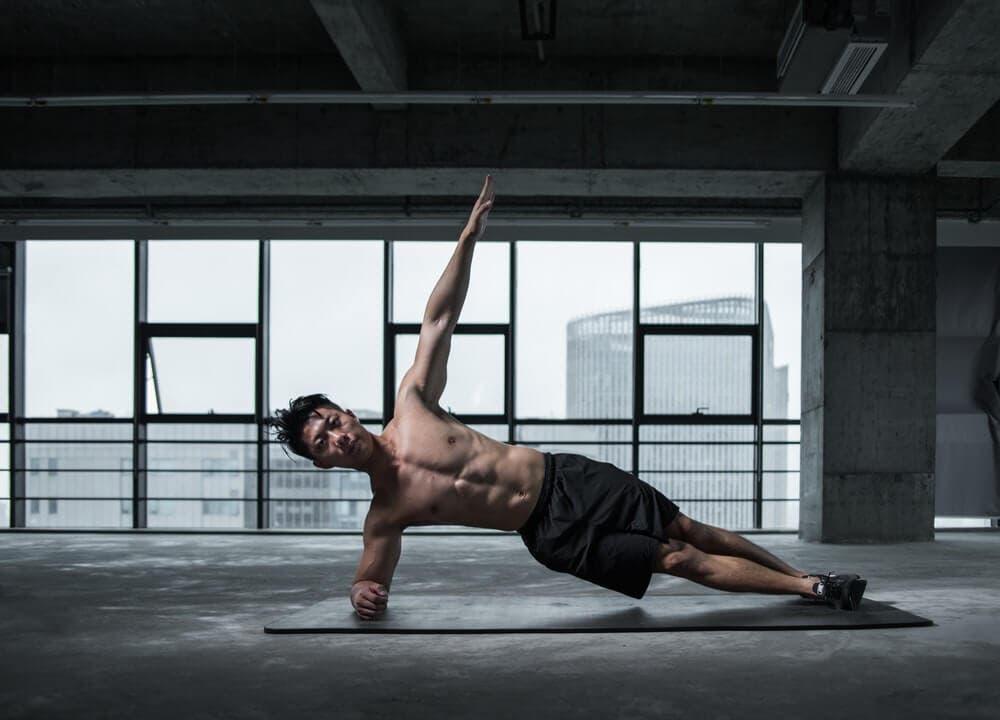Uno de los ejercicios para abdominales oblicuos es la plancha lateral
