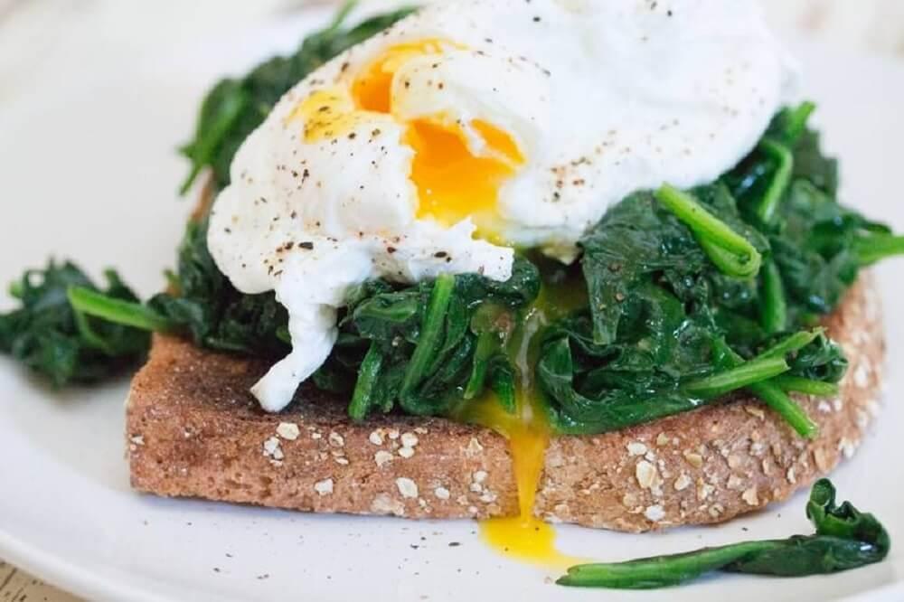 Receta de tostada saludable de espinaca con huevo