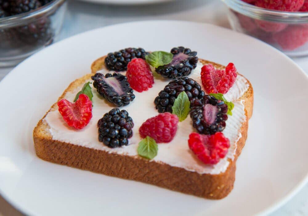 Receta rica y saludable de tostada con arándanos