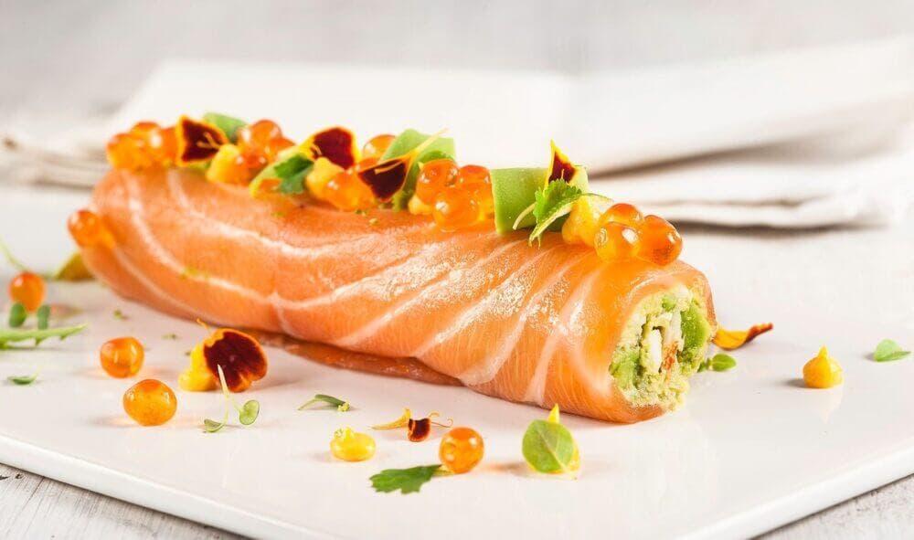 Rollitos de salmón rellenos de ensaladilla rusa