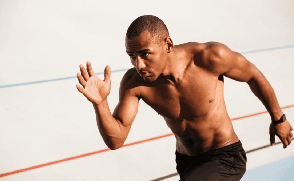 Mover los brazos adecuadamente es importante en esta rutina HIIT para entrenar en cuestas