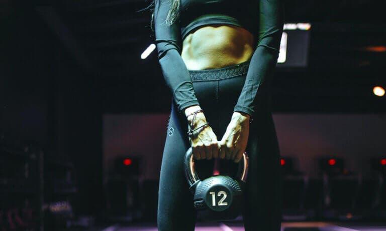 Ejercicios para entrenar los abdominales de pie de forma sencilla