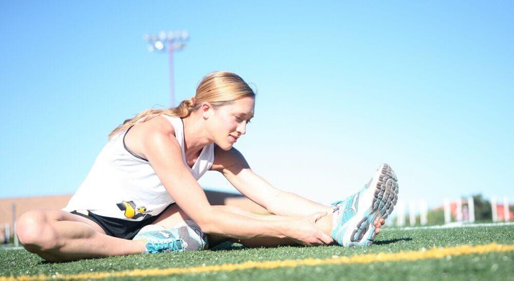 mujer haciendo ejercicio de estiramiento de cadera
