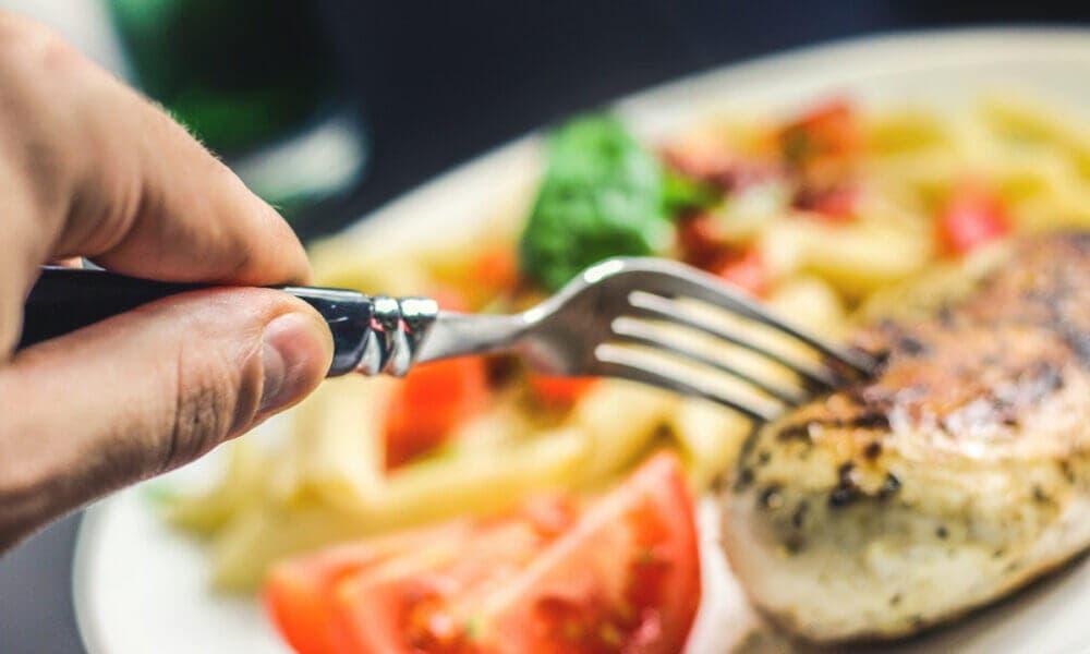 Evitar pasar mucho tiempo sin comer, uno de los consejos para estar saludable internamente más comunes