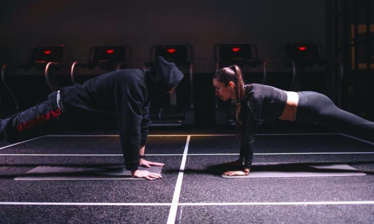 Sigue esta rutina HIIT con pesas en los tobillos para bajar de peso