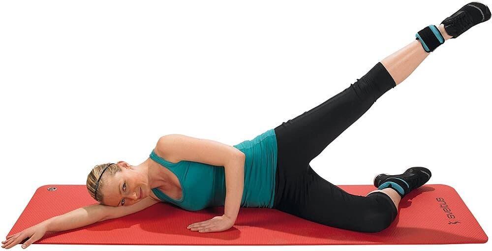 Un ejercicio ideal para la rutina HIIT con pesas en los tobillos, es la patada lateral