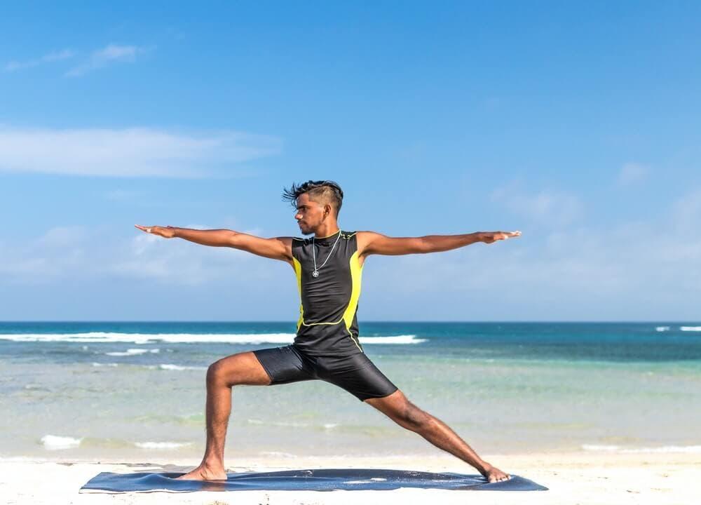 El yoga y el pilates son ejercicios que puedes hacer para perder peso y grasa sin perder volumen ni músculo