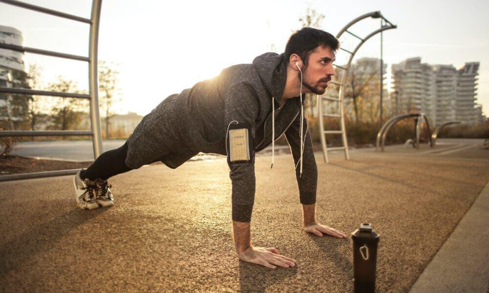 Ejercicios de hombros que puedes hacer en casa sin necesidad de implementos