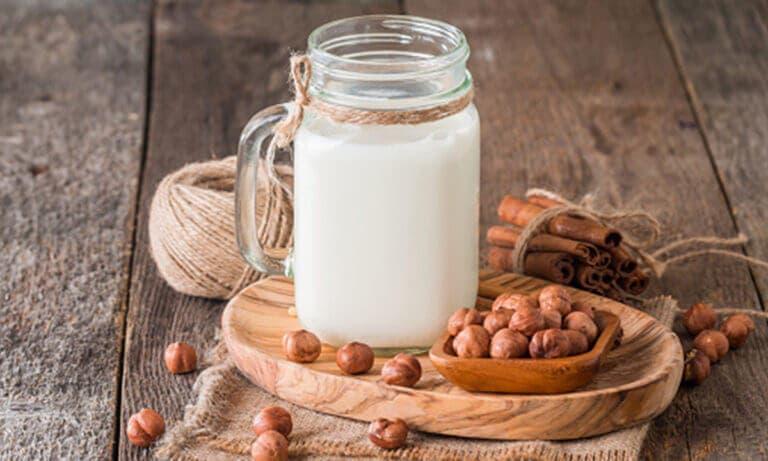Beneficios que aporta la leche de avellanas si la consumes a diario