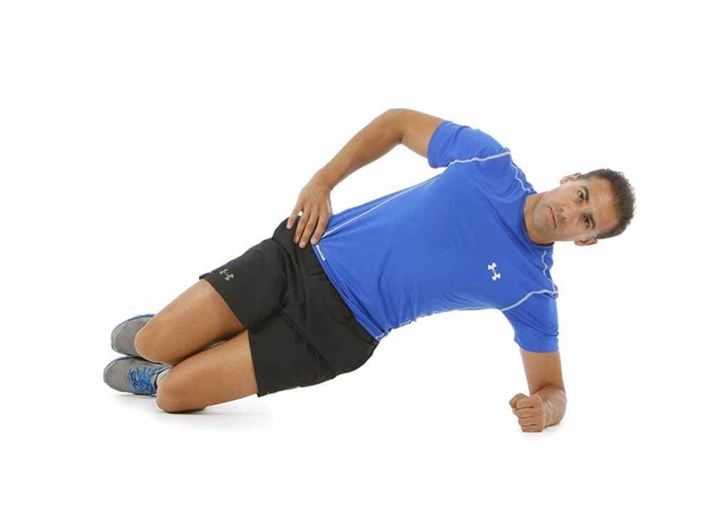 Plancha lateral, uno de los ejercicios para mejorar la escoliosis