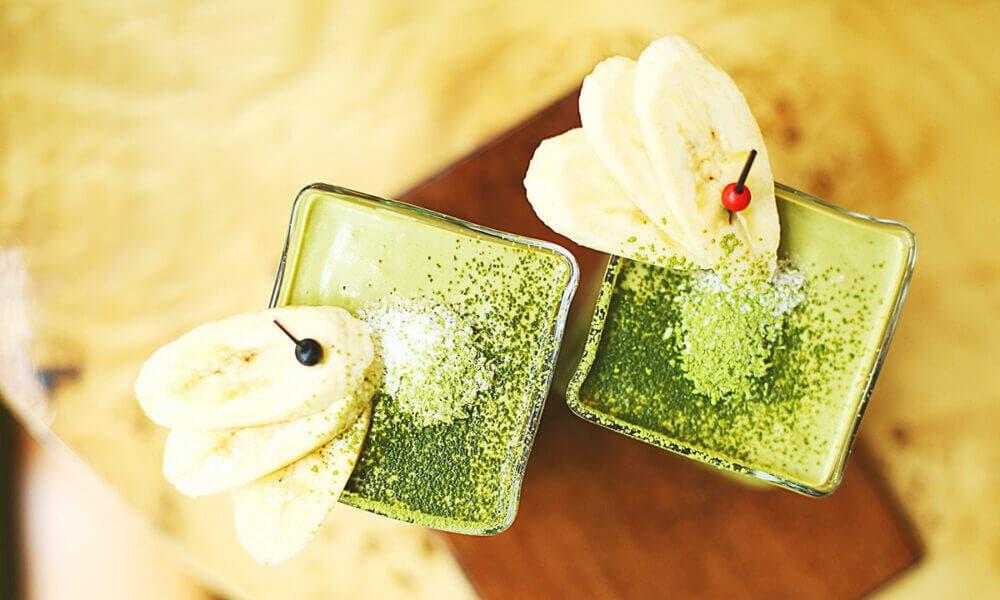Batido de té verde con aguacate y plátano
