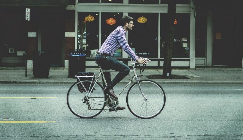 Hombre montando bicicleta de carretera