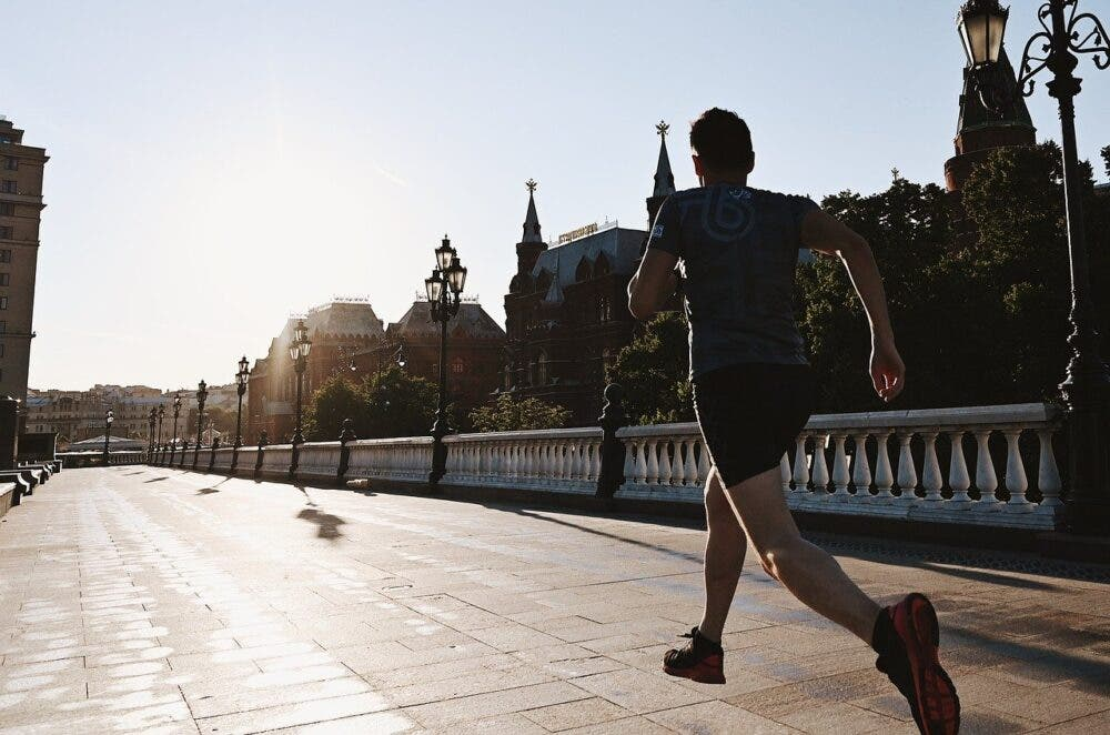 Hombre practicando running