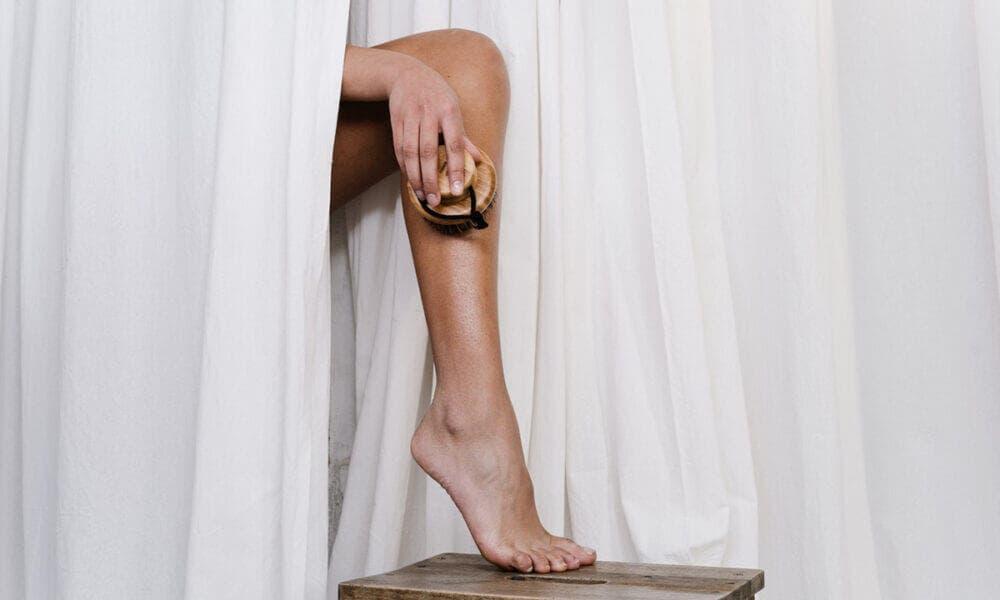 Beneficios de cepillar las piernas para prevenir molestias en las piernas