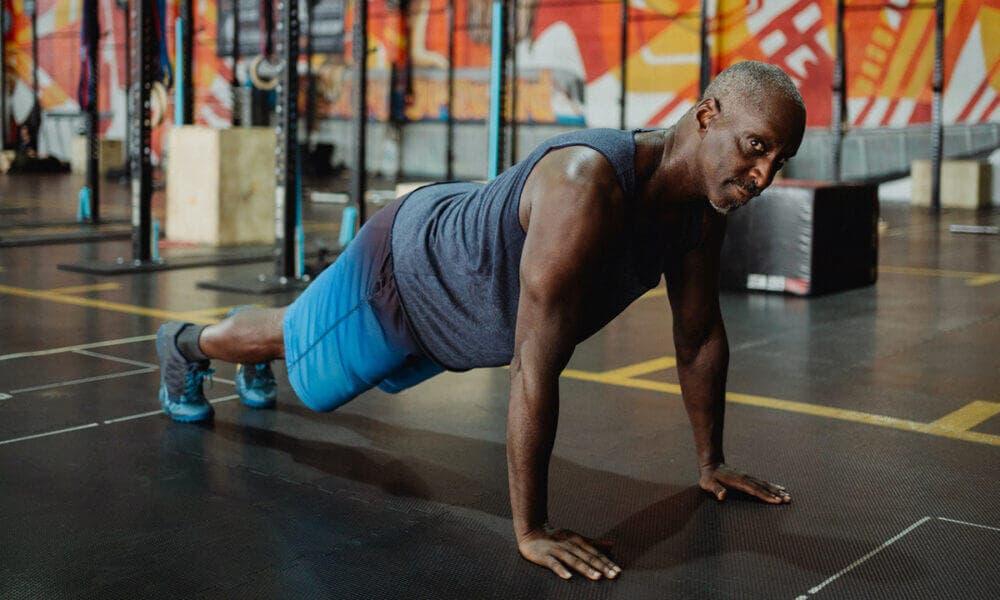 Claves para progresar haciendo flexiones: empujar el suelo lejos de ti