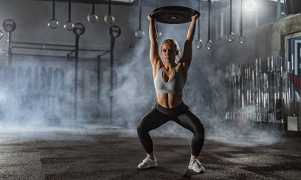 Rutina de ejercicios para fortalecer todo tu cuerpo implementando discos de pesos variados