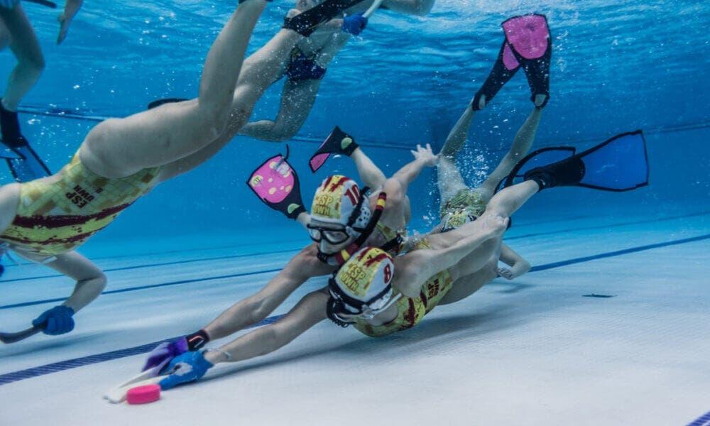 Hockey subacuático, uno de los deportes poco convencionales que te pondrán en forma y cuidarán tu salud