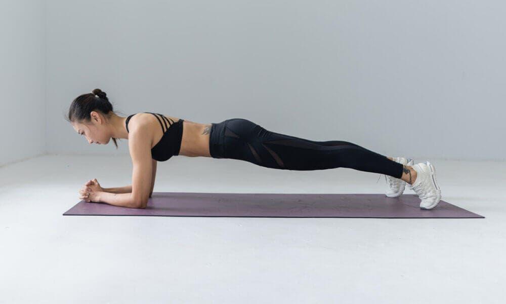 Importancia de mantener los codos debajo de los hombros para progresar haciendo planks