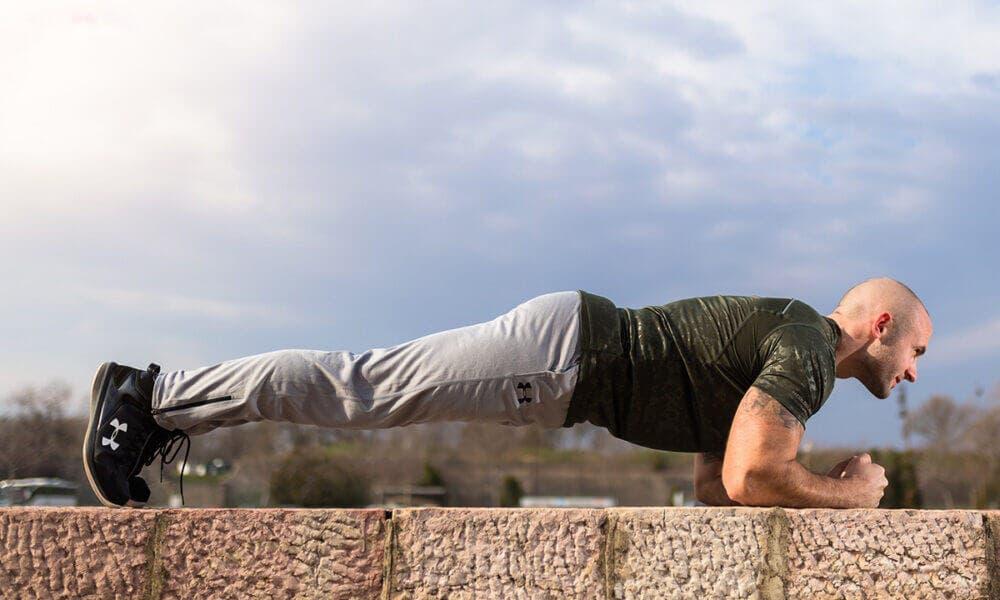 Beneficios de mantener el cuerpo recto al hacer planchas