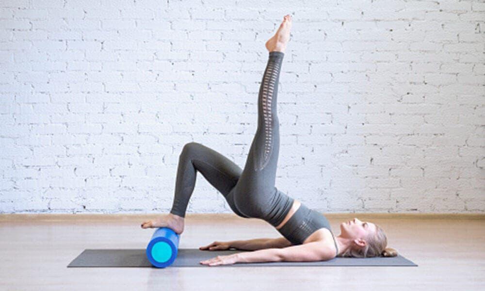 Ejercicios con rodillo para masajear para evitar las piernas cansadas e hinchadas