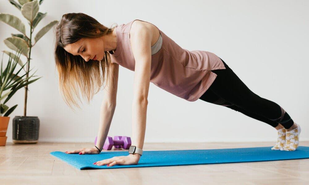 Ventajas de presionar los muslos y glúteos al hacer planks