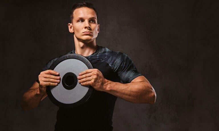 ¿Cómo entrenar todo tu cuerpo con un solo disco de pesas?