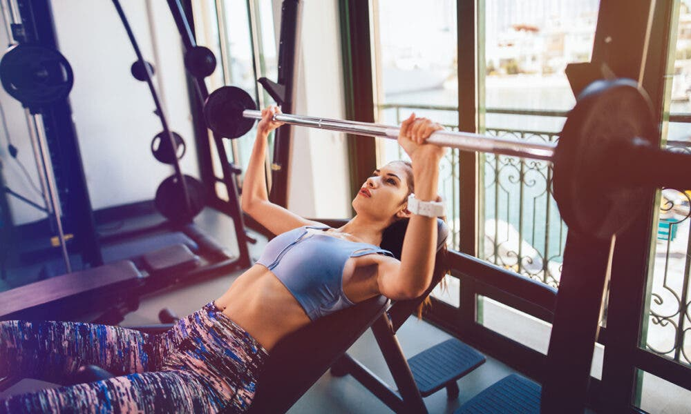 Beneficios de entrenar con distintas variaciones de press banca para estimular tus pectorales