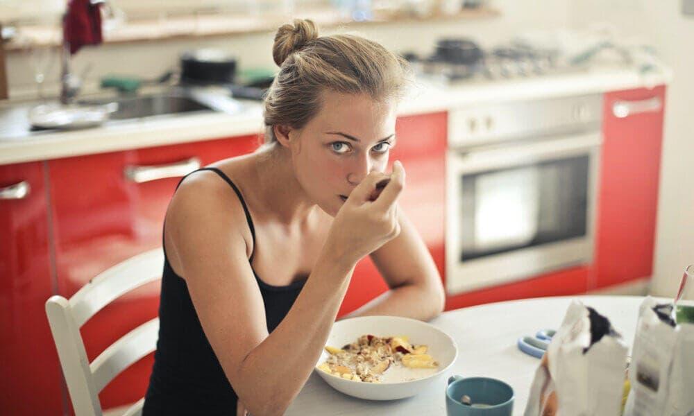 Beneficios de controlar la ingesta de carbohidratos: consumir menos alimentos.