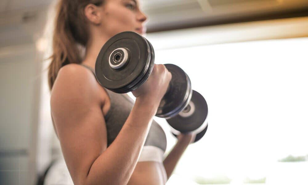Desarrollar los músculos de forma saludable es uno de los beneficios que ocurren en tu cuerpo cuando dejas de comer tantos carbohidratos