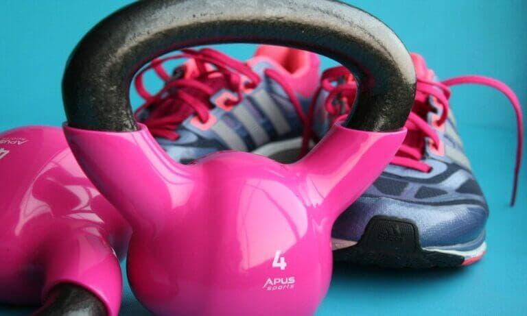 los 5 mejores ejercicios con kettlebells o pesas rusas para entrenar la espalda