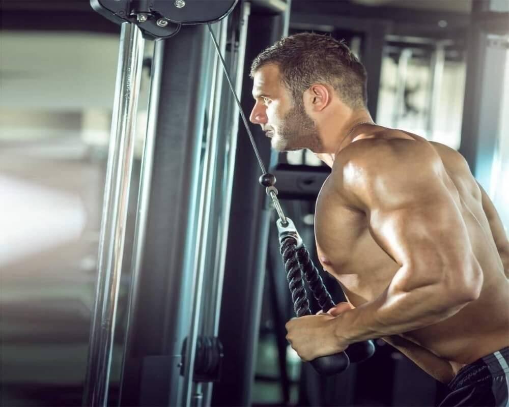 Hombre haciendo ejercicios en polea