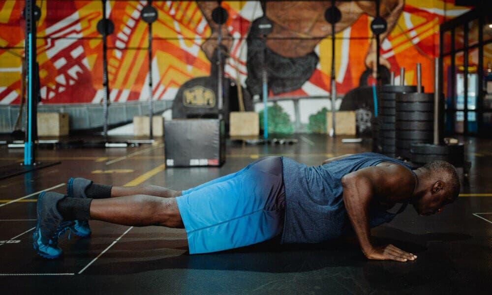 Claves para progresar haciendo flexiones: evitar inclinar la cabeza