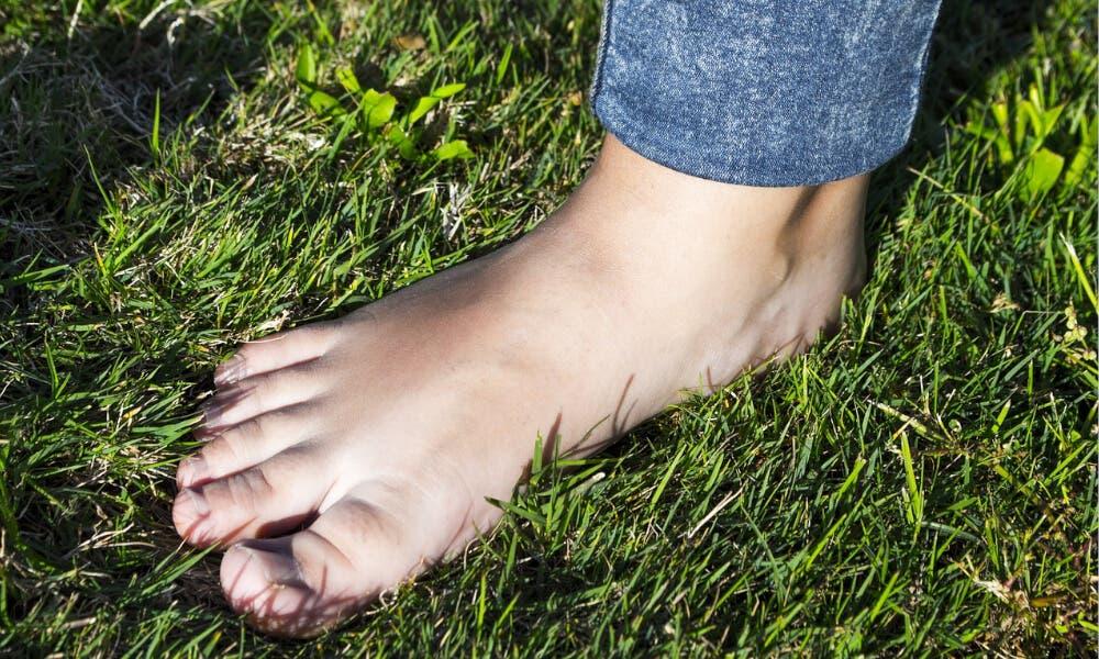 Andar descalzo sobre hierba