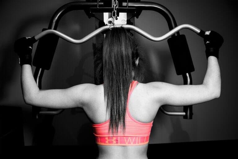 conseguir el crecimiento muscular entrenando con máquinas