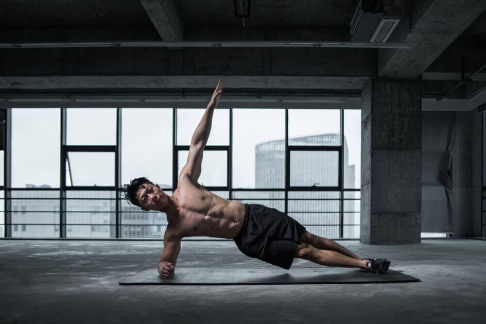 Hombre entrenando para ganar músculo