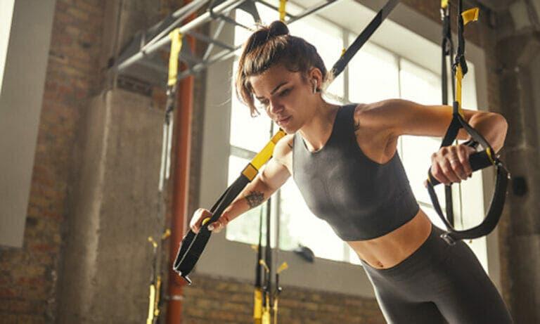 Mejores ejercicios con TRX para entrenar tus hombros de forma fácil y dinámica
