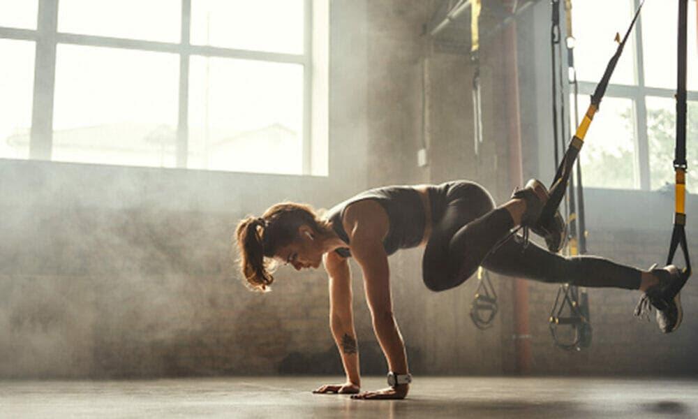 Entrenamiento con peso corporal para ejercitar los hombros y extremidades superiores