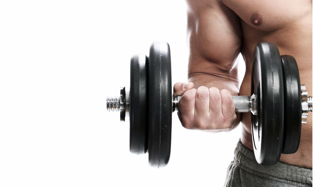 Hombre entrena hipertrofia
